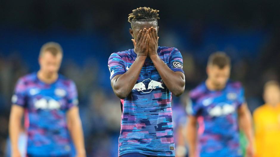 Müssen sich geschlagen geben: Leipzigs Mittelfeldspieler Amadou Haidara verlässt enttäuscht das Spielfeld.