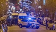 Polizisten während eines Einsatzes in der Schaerbeek-Nachbarschaft von Brüssel