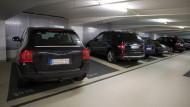 Zu breit: Die XXL-Wagen passen selten in herkömmliche Parklücken.