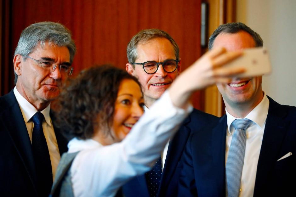 Zeit für ein Selfie mit Michael Müller und Joe Kaeser.