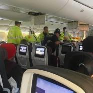 Einsatzkräfte kümmern sich nach einer außerplanmäßigen Landung in Honolulu um Passagiere in der Flugzeugkabine.