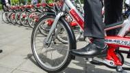 Der Strampler: Mit dem Mietrad der Bahn fährt man besonders günstig und verhältnismäßig schnell.