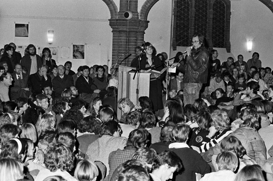 Marianne Birthler (links neben dem Sprecher) bei einer Mahnwache in der Ost-Berliner Gethsemanekirche, die unter anderem aus Protest gegen die Inhaftierung von Teilnehmern der wöchentlichen Friedensandacht in der Leipziger Nikolaikirche seit Oktober 1989 stattfand.
