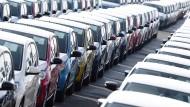VW-Autos warten am Hafen von Emden auf den Abtransport.