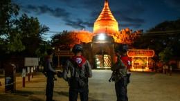 Poliezei in Myanmar schützt Temepel vor Plünderern