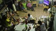 Nicht im Stadion, sondern vor dem Fernseher: Bewohner einer Favela beobachten die Eröffnungsfeier der Olympischen Spiele.