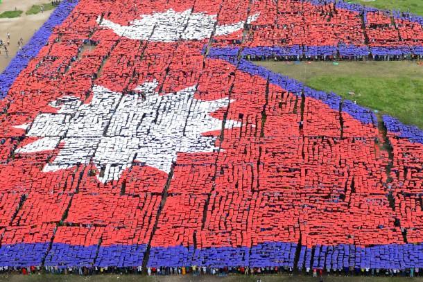 23. August 2014. Weltrekordambitionen: In Kathmandu, Nepal trafen sich 35.000 Menschen, um zusammen die größte Nationalflagge der Welt darzustellen. Der bisherige Rekord lag bei 28.500 Menschen.