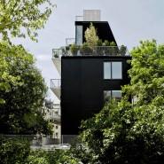 Das Wohnhaus von Orange Architekten in Berlin-Friedrichshain, aus zwei Perspektiven: hier die Ostfassade . . .