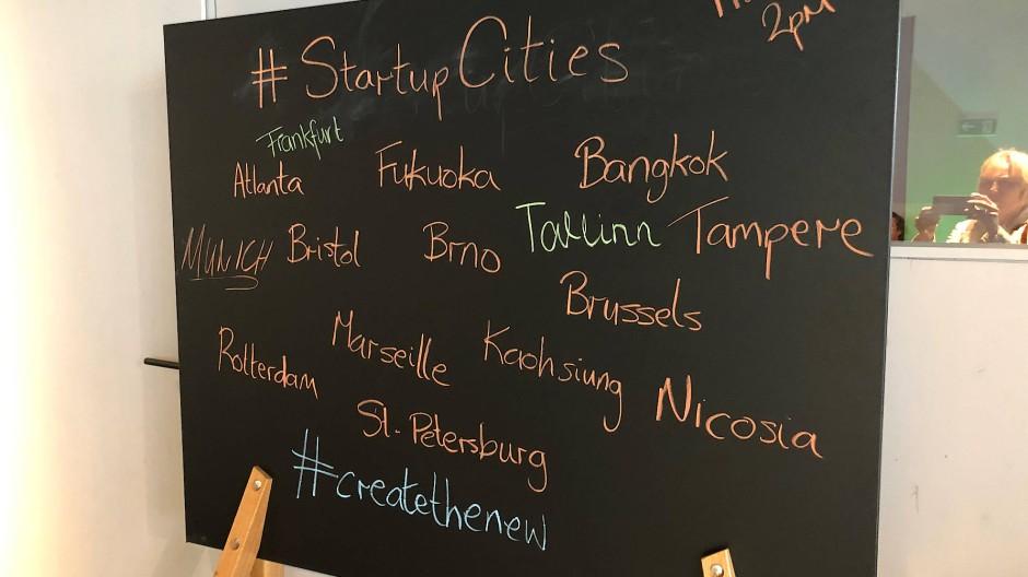 Die Namen potentieller Start-Up Cities auf einer Tafel in Frankfurt auf der Me Convention