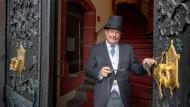 Türöffner: Peter Körtel sorgt dafür, dass Eheschließungen im Römer im 20-Minuten-Takt stattfinden können.