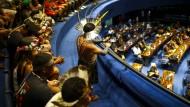 Ein Ureinwohner schießt ein Bild mit einem Handy auf einer Sondersitzung im Senat zu Ehren indigener Gemeinschaften.