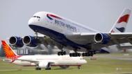 Beim Landeanflug auf den Flughafen London Heathrow hat eine Drohne die Vorderseite des Flugzeugs getroffen. (Archivbild)