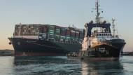 """Ein Foto von Ende März: Schlepper arbeiten an der Freisetzung des auf Grund gelaufenen Containerschiffs """"Ever Given"""" im Suezkanal."""