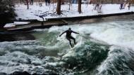 Eisbach-Surfer trotzen der Kälte