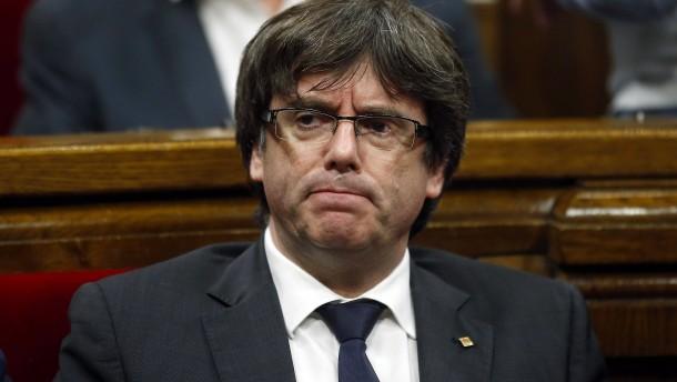 Angeklagter Puigdemont setzt sich nach Belgien ab