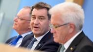 Stephan Weil (SPD), Markus Söder (CSU) und Winfried Kretschmann (Bündnis 90/Die Grünen) fordern vom Bund mehr Engagement für klimafreundliche Mobilität.