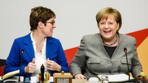 Kramp-Karrenbauer will nicht am Stuhl der Kanzlerin sägen