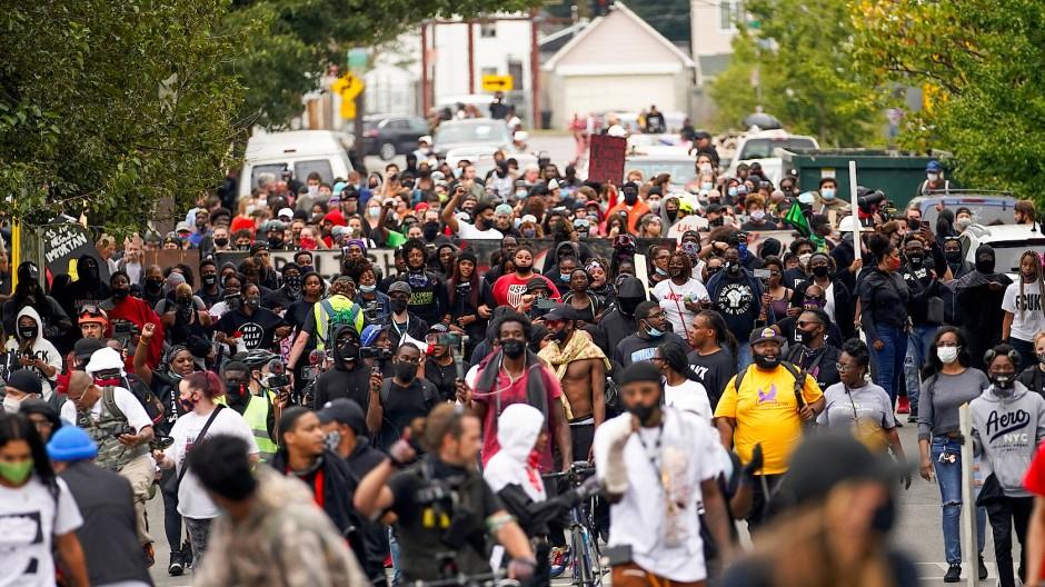 Empörung über die Anklage: Protestierende laufen durch Louisville.
