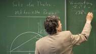 Befristete Verträge lassen Lehrer in vielen Bundesländern jede Sommerferien wieder bangen, ob sie im neuen Schuljahr Arbeit haben werden.