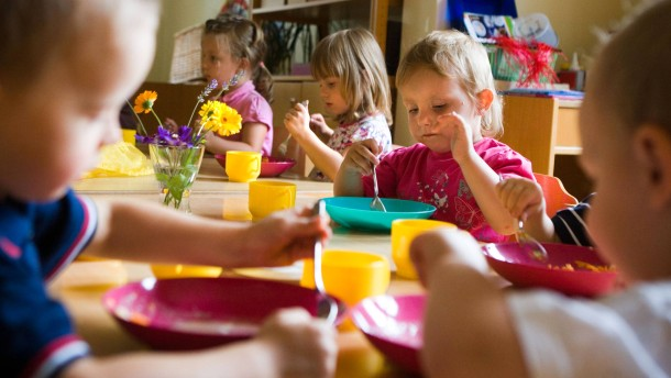 Kinderbetreuung - In Thüringen gibt es eine extrem hohe Betreuungsquote in den Kindergärten. Der SPD-Landtagsabgeordnete Matthias Hey schaut sich die Situation in den Krippen an.