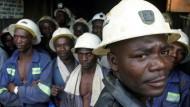 Auf dem Weg ins Bergwerk: Arbeiter einer Kupfermine in Konkola