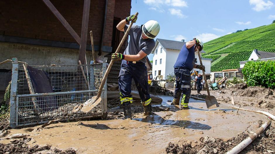 Feuerwehrleute im durch das Hochwasser zerstörten Marienthal