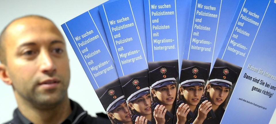 kommissaranwrter posiert mit werbemarterial - Polizei Bremen Bewerbung