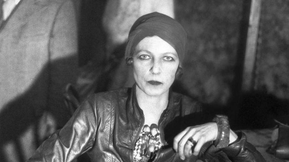 Während der Arbeit an ihrem Buch: Nancy Cunard 1932 im Grampian Hotel in Harlem, New York