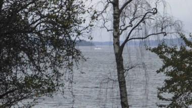 Ein Amateurfoto, auf dem nach Angaben des schwedischen Verteidigungsministeriums am Horizont Teile des mysteriösen Objekts im Meer zu sehen sein soll.