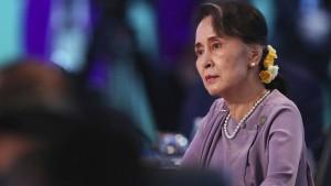 Aung San Suu Kyi wird vorgeführt