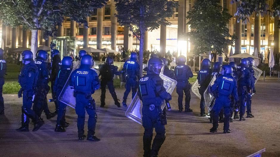 Stuttgarter Polizeikräfte sammeln sich am Abend des 21. Juni, um gegen Randalierer vorzugehen.