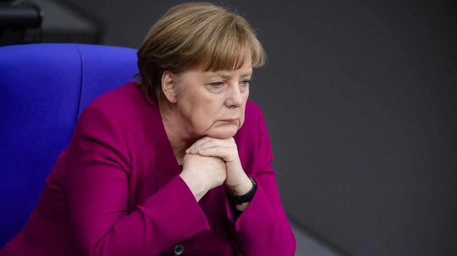 Bundeskanzlerin Angela Merkel (CDU) während der Aussprache nach ihrer Regierungserklärung am Mittwoch im Bundestag in Berlin