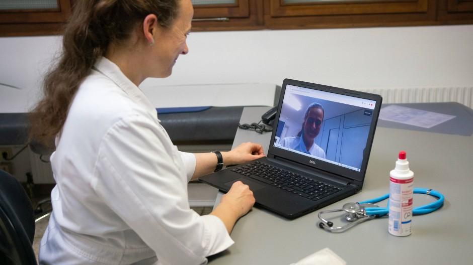 Beliebter Service, aber nicht lukrativ: Für Ärzte hat die digitale Sprechstunde einige Nachteile.