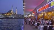 In den Fischrestaurants auf der Galata-Brücke in Istanbul haben die Touristen neuerdings freie Platzwahl.