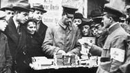 Ein Soldat in Berlin als Zigarettenhändler, 1919.