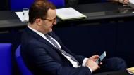 Mobiler Minister: Jens Spahn erfreut sich an der Digitalisierung.