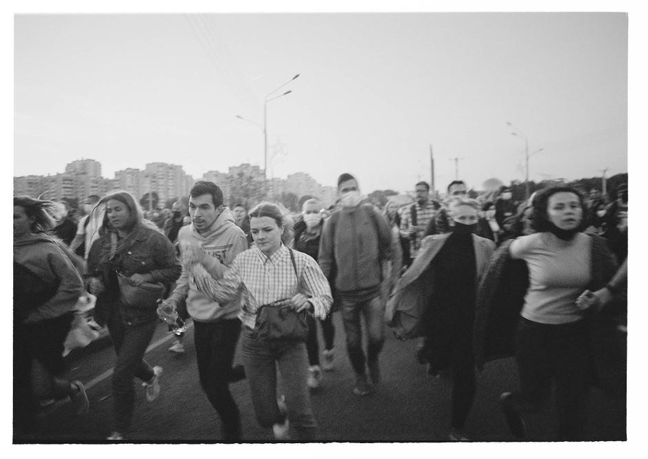 """Die """"Kosmonauten"""" kommen! Demonstranten gegen die heimliche Inauguration von Alexander Lukaschenka fliehen vor maskierten Sonderpolizisten."""