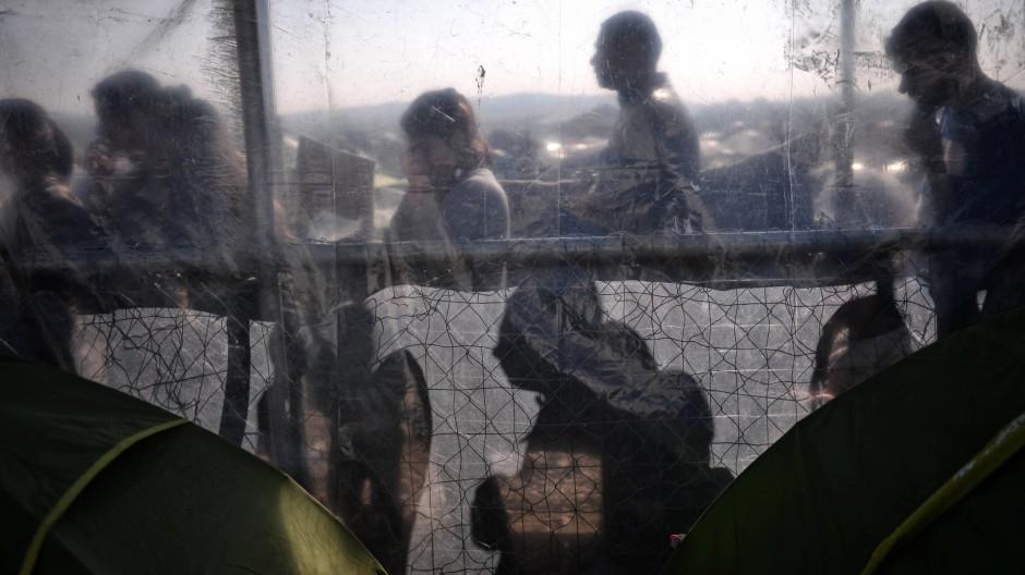 Seit Wochen verharren tausende Menschen in Idomeni mit Hoffnung auf Weiterreise.