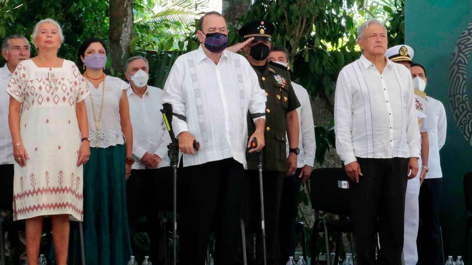 Mexikos Präsident Andrés Manuel López Obrador (rechts) am Dienstag bei der Gedenkveranstaltung anlässlich des 500. Jahrestages der spanischen Invasion.