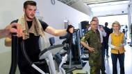 Fit werden: Bundesverteidigungsministerin Ursula von der Leyen (CDU) lässt sich in Kahramanmaras in der Türkei einen Fitnessraum der deutschen Soldaten zeigen