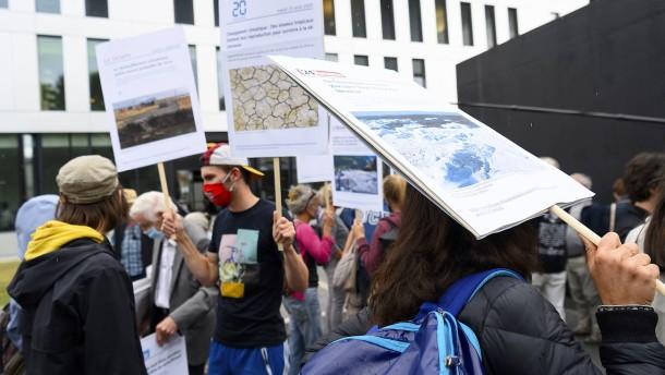 Schweizer Gericht verurteilt zwölf Klimaaktivisten