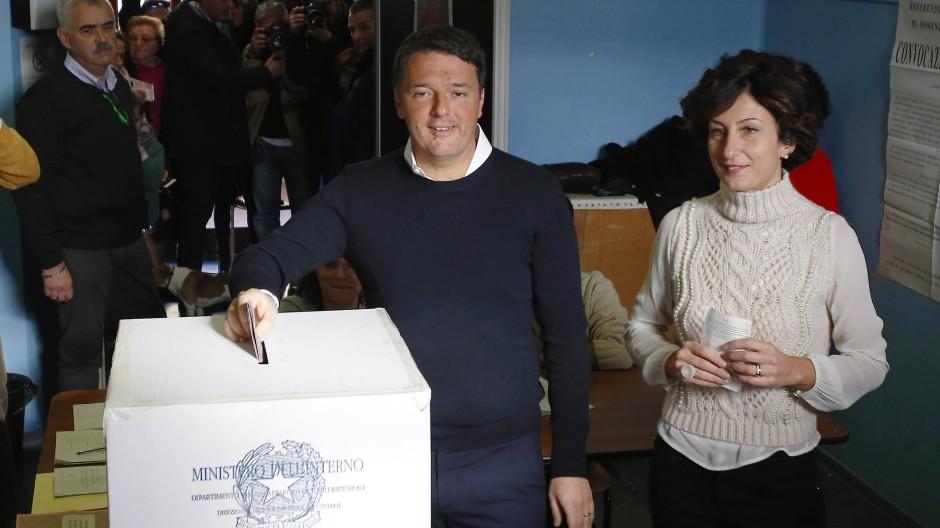 Italiens Ministerpräsident Matteo Renzi und seine Frau Agnese bei der Stimmabgabe am Sonntagmorgen nahe Florenz