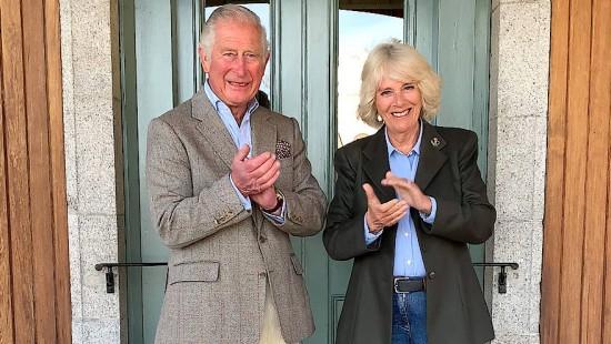 Charles und Camilla applaudieren für Corona-Helfer