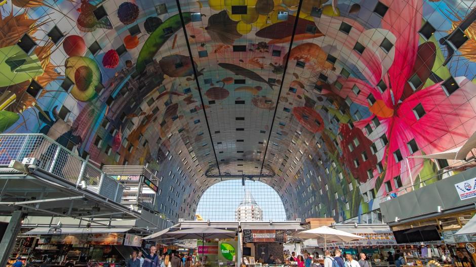 Neue Markthalle: Die elfstöckige Hülle enthält 282 Wohnungen und Penthouses, die Hälfte davon mit Blick auf hundert Ess- und Lebensmittelstände im Halleninnern.