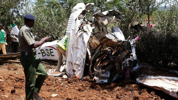 Flugzeug stürzt in Baum