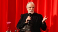 Sein lauschiges Wienerisch steht in auffälligem Kontrast zur beklemmenden Strenge seiner Filme: Michael Haneke im Filmmuseum Frankfurt.