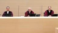 Der Erste Strafsenat beim Bundesgerichtshof (BGH), Markus Jäger (l-r), Rolf Raum (Vorsitz), und Wolfgang Bär, verkündet das erste höchstrichterliche Urteil zu umstrittenen Cum-Ex-Deals.