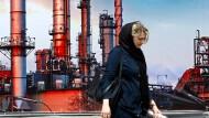 Selbstdarstellung Irans auf der Petrochemie-Messe in Teheran Anfang Mai: Eine Besucherin vor einem Wandplakat
