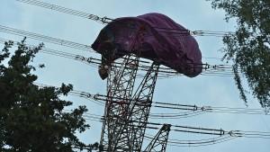 Heißluftballon stürzt in eine Stromleitung