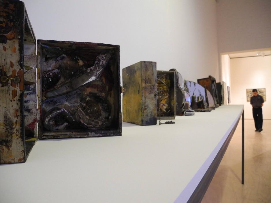 "Ausstellungsstücke zu Carolee Scheemanns Ausstellung ""Kinetic Painting""."